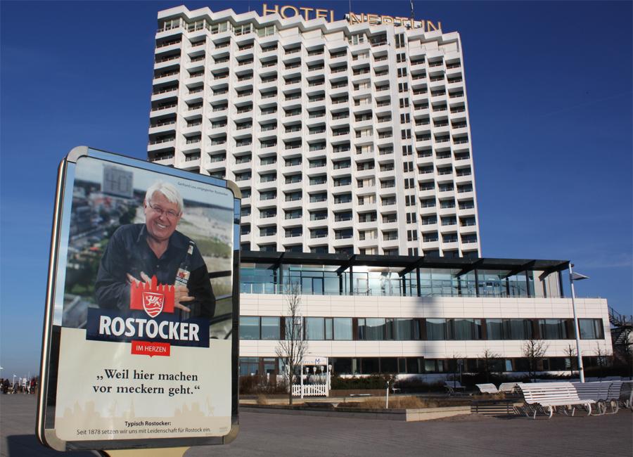 Gerhard Lau, ein engagierter Rostocker, vor dem Hotel Neptun