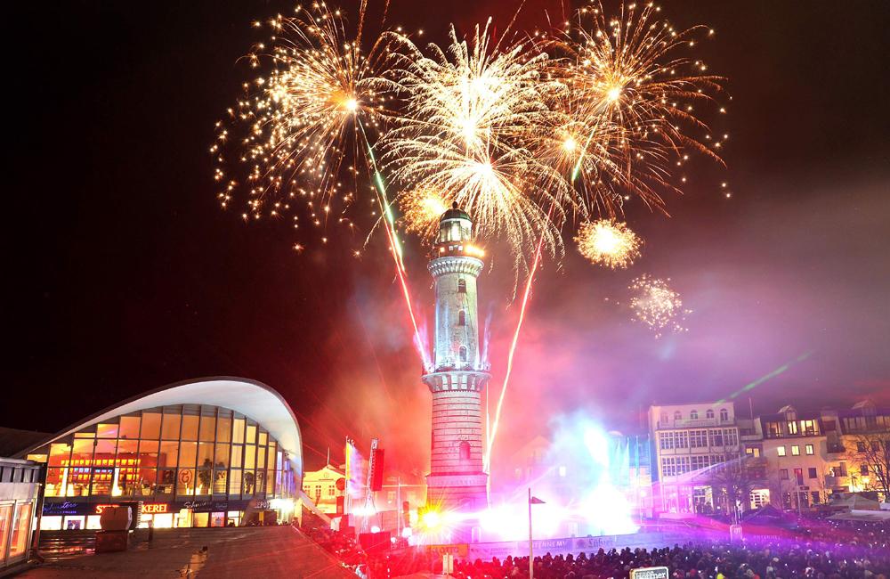 Leuchtturm in Flammen 2013 in Warnemünde. Foto: Joachim Kloock