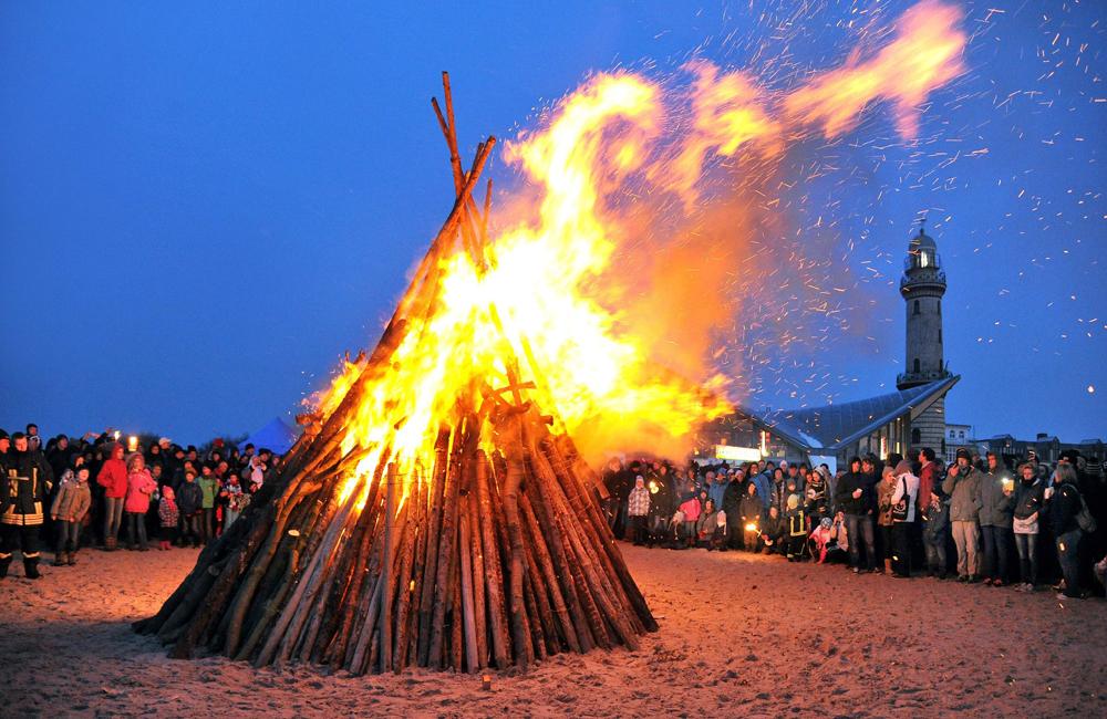 Osterfeuer am Strand von Warnemünde. Foto: Joachim Kloock