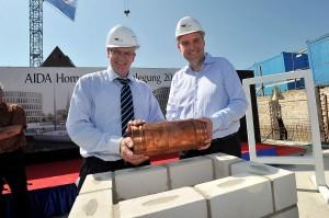 AIDA Cruises legt den Grundstein für neuen Bürokomplex in Rostock. Foto: Joachim Kloock