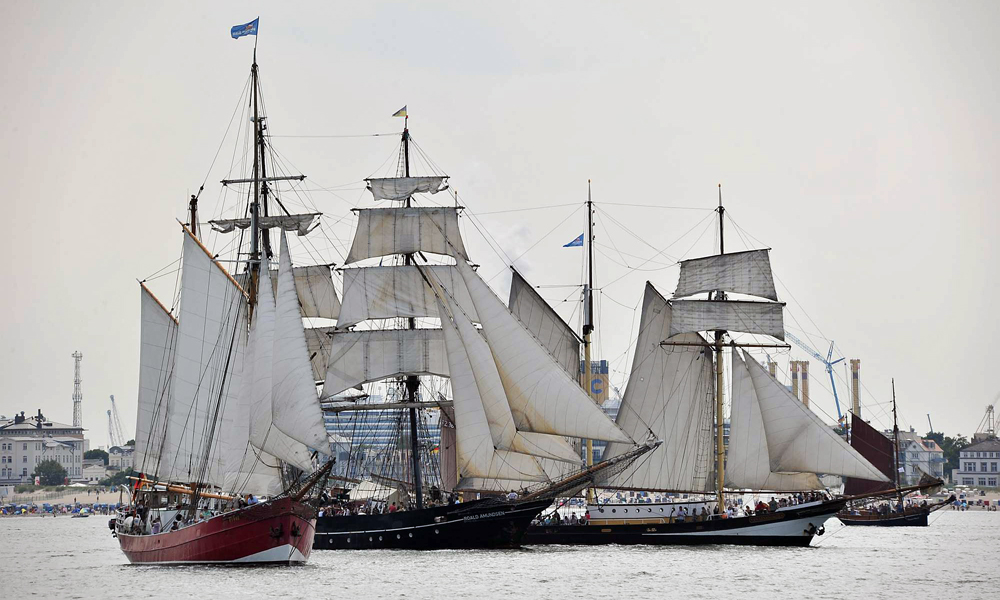 Regatta der Traditionssegler bei der 23. Hanse Sail 2013 vor Warnemünde. Foto: Joachim Kloock