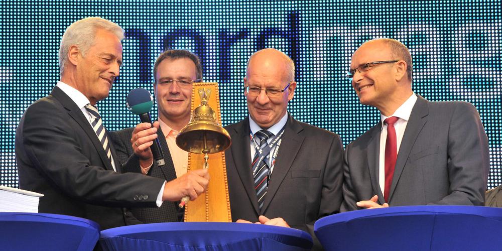 Peter Raumsauer eröffnet 23. Hanse Sail 2013 mit Glockenschlag. Foto: Joachim Kloock
