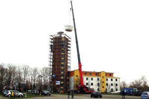 Die Wetterkugel des DWD in Warnemünde wurde vom Dach entfernt. Foto: DJH MV