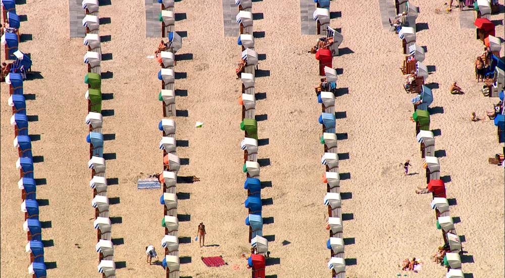 Die Ostsee von oben: Strandkörbe am Strand von Warnemünde. Foto: vidicom
