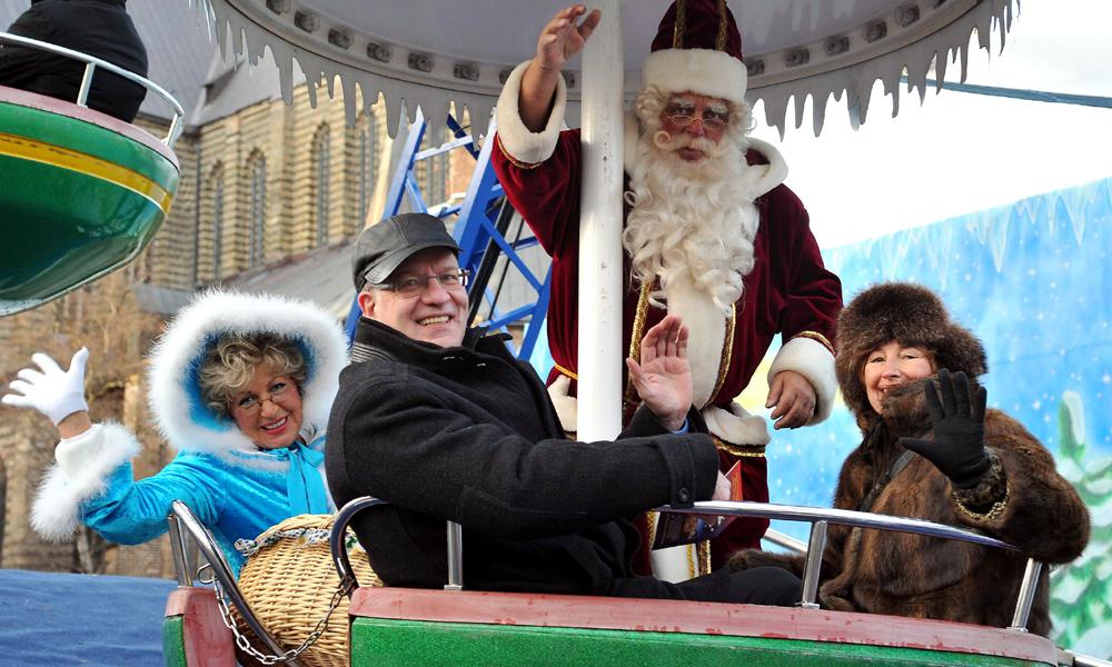 Oberbürgermeister Roland Methling auf dem Rostocker Weihnachtsmarkt. Foto: Joachim Kloock