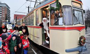 Sonderfahrt: Der Weihnachtsmann fährt mit der RSAG auf den Rostocker Weihnachtsmarkt. Foto: Joachim Kloock