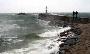 Starke Brandung, Sturm und Regen an der Westmole in Warnemünde