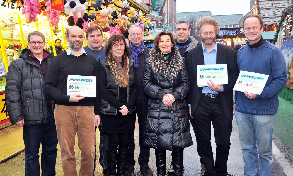 Schausteller und Markthändler übergaben 6500 Euro für wohltätige Zwecke. Foto: Joachim Kloock