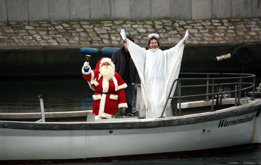 Traditionell eröffneten die Weihnachtsfrauen im Rettungsboot das jährliche Weihnachtstauchen auf dem Alten Strom. Foto: Martin Schuster