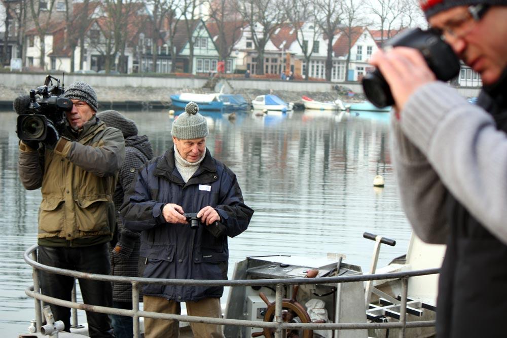 Fernsehen und Fotografen verfolgen das Treiben der Taucher. Foto: Martin Schuster