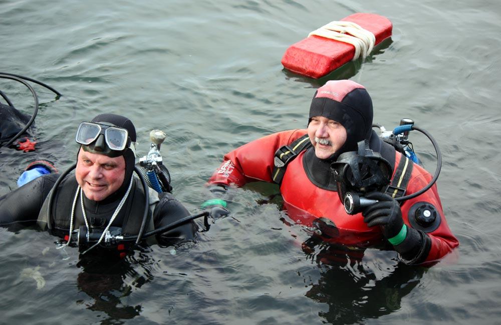Sebastian Bergfeld und Dr. Gerd Niedzwitz gingen als erste ins kühle Wasser. Foto: Martin Schuster