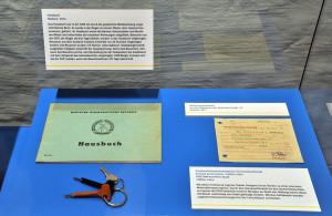 Das Hausbuch war in der DDR ein gesetzlich vorgeschriebenes Buch. Foto: Joachim Kloock