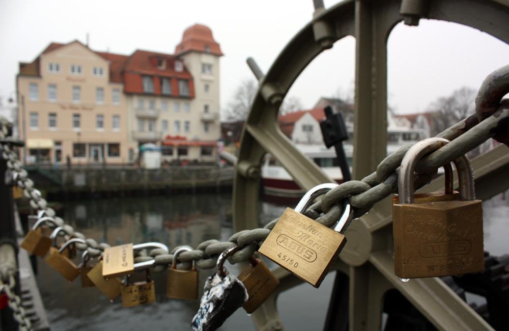 Liebesschlösser an der Bahnhofbrücke in Warnemünde, 2011. Foto: Martin Schuster