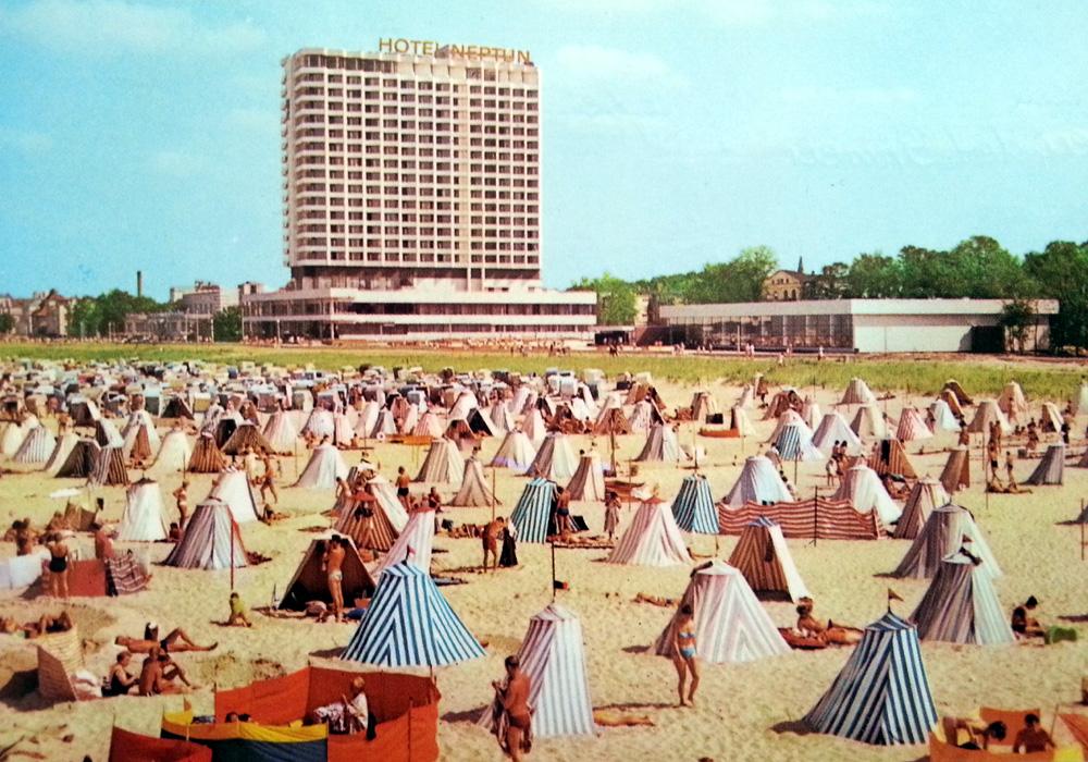 Strandzeltmoden Ende der 1970er Jahre in Warnemünde. Im Hintergrund das Neptun mit Meerwasserschwimmhalle. Foto: Wanke