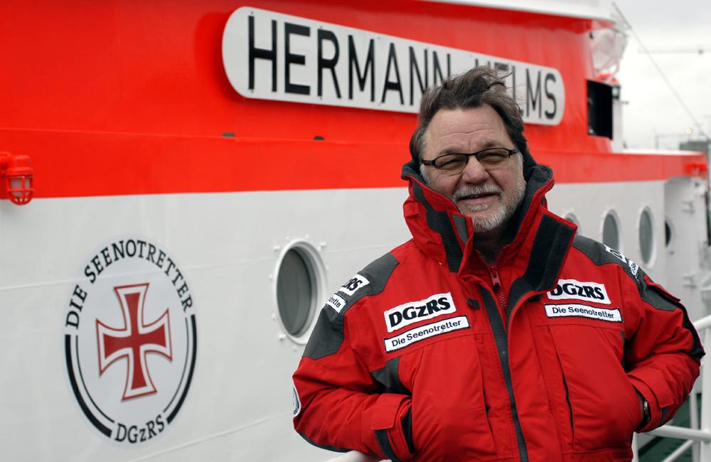 """Der bekannte Musiker Klaus Lage ist neuer ehrenamtlicher """"Bootschafter"""" der Seenotretter. In Cuxhaven gab er heute die Einsatzzahlen der Seenotretter für das Jahr 2013 bekannt. Foto: DGzRS"""