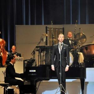 Max Raabe mit dem Palast-Orchester in der Stadthalle Rostock. Foto: Joachim Kloock