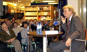 Walter Kempowski bei einer Lesung in der Thalia Buchhandlung Rostock. Foto: Joachim Kloock
