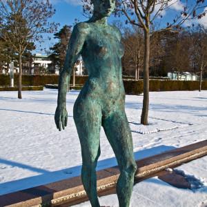 Bronzeplastik im Kurhausgarten von Warnemünde. Foto: Joachim Kloock