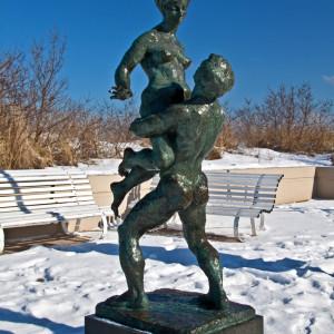 Bronzeplastik Liebespaar von Wilfried Fitzenreiter auf der Promenade. Foto: Jens Schröder