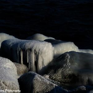 Eis auf den Steinen der Mole in Warnemünde. Foto: Wellenreiter Photography
