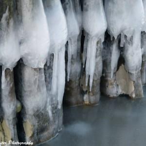 Eis an den Buhnen von Warnemünde. Foto: Wellenreiter Photography