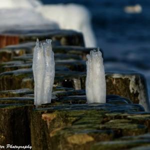 Eiszapfen an den Buhnen. Foto: Wellenreiter Photography