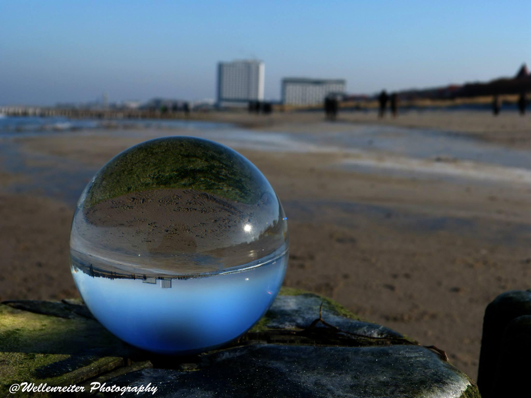 Das Hotel Neptun durch die Glaskugel. Foto: Wellenreiter Photography