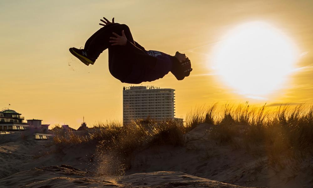 Am Strand von Warnemünde: Salto in den Frühling. Foto: Jens Schröder