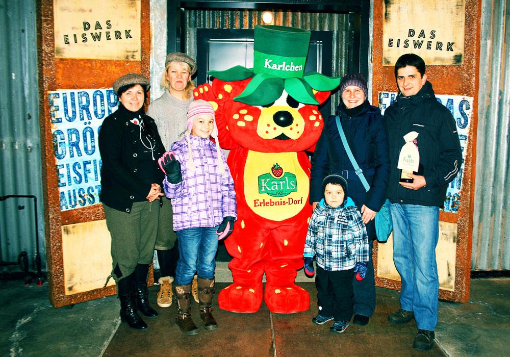 Familie Rothe aus Hermannsdorf wurde als 100.000 Besucher in Karls 11. Eiswelt begrüßt. Foto: Karls Markt