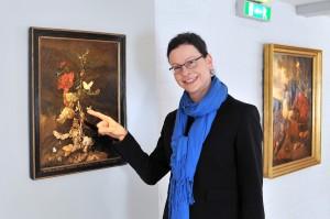 Dr. Susanne Fiedler, Wissenschaftliche Mitarbeiterin im Kulturhistorischen Museum am Blumenstillleben mit Insekten von Rachel Ruysch (Amsterdam 1689). Foto: Joachim Kloock