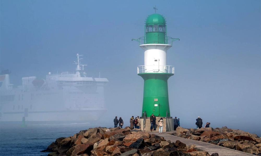 Geisterschiff bei Nebel an der Mole in Warnemünde. Foto: Jens Schröder