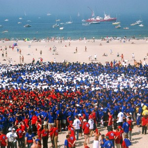 30.000 Menschen bilden 2002 das Logo Ich bin ein Rostock Olymp am Strand von Warnemünde. Foto: Joachim Kloock