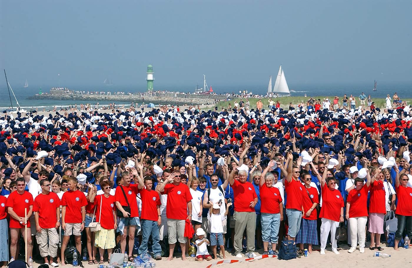 Dabei sein zählt: Blaue, weiße und rote T-Shirts repräsentieren die Rostocker Farben. Foto: Joachim Kloock