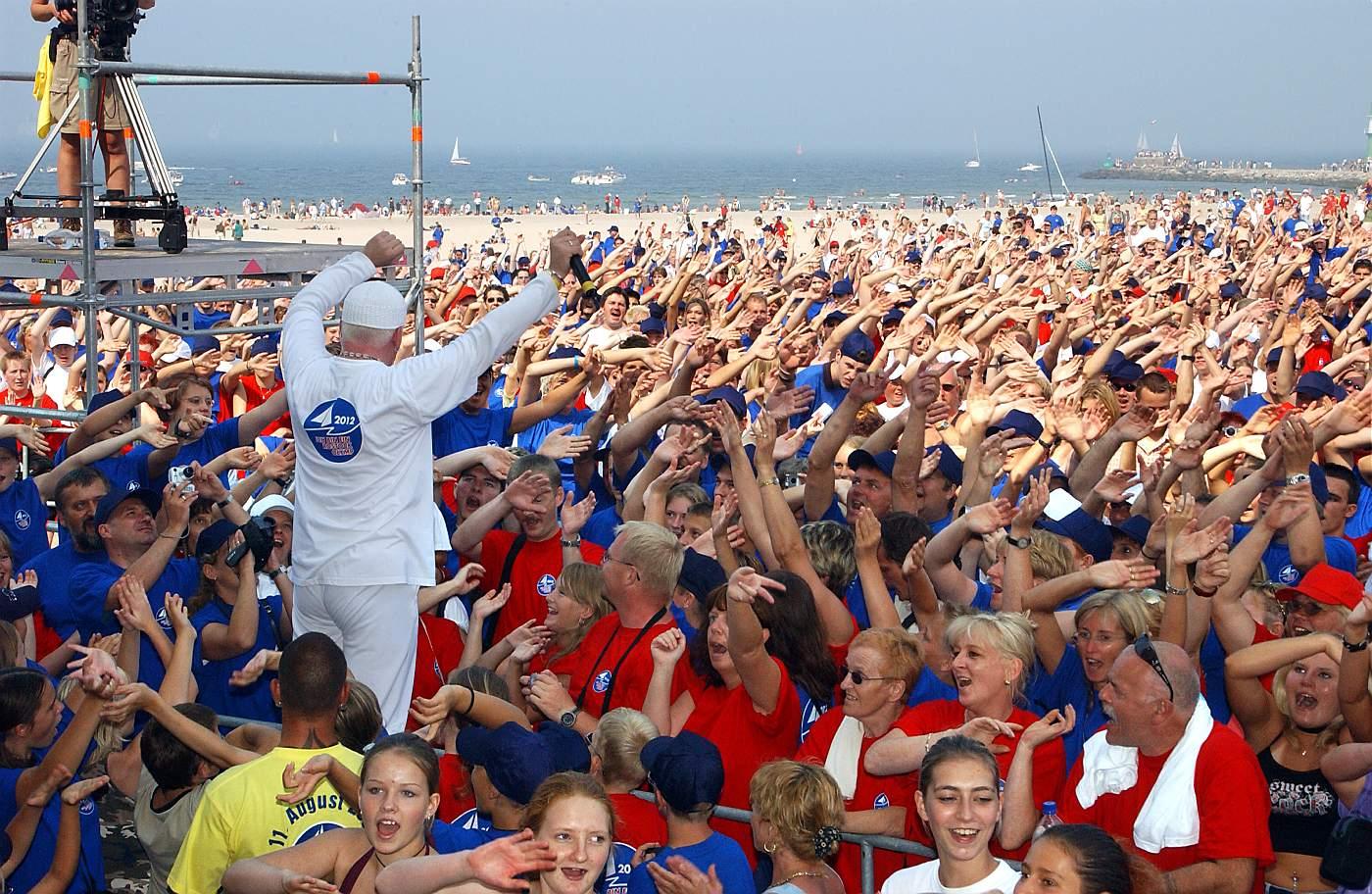 DJ Ötzi begeistert das Publikum am Strand von Warnemünde. Foto: Joachim Kloock