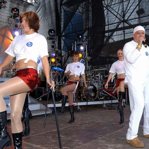 DJ Ötzi auf der Bühne in Warnemünde. Foto: Joachim Kloock