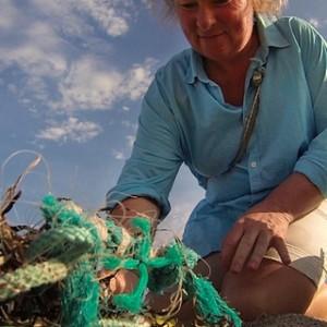 Anke Paap sammelt Meeresmüll, Plastikabfall, der von der Ostsee ans Land zurückgeworfen wird. Foto: NDR/Populärfilm