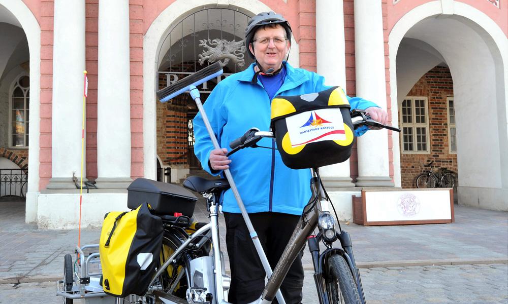 Radwegewart Peter Schmidt vor dem Rostocker Rathaus. Foto: Joachim Kloock