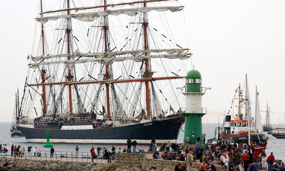 Russisches Segelschiff Sedov steuert Warnemünde an. Foto: Joachim Kloock