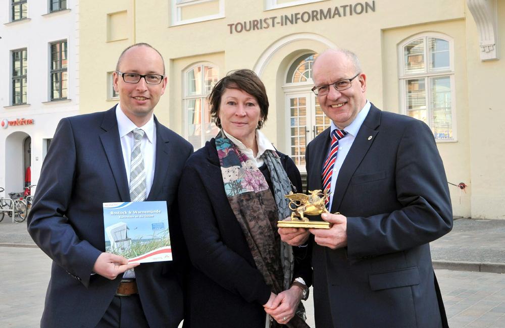 Matthias Fromm (Tourismusdirektor Rostock und Warnemünde), Sabine Droste (Leitung NDR 2 Programm Management Off Air), Roland Methling (Oberbürgermeister der Hansestadt Rostock). Foto: Joachim Kloock