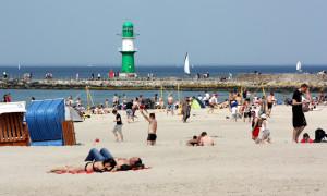 Strand von Warnemünde mit Blick auf die Westmole. Foto: Martin Schuster