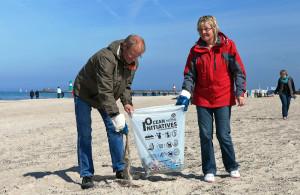Strandfreunde und aktive Teilnehmer am Beach CleanUp Warnemünde 2014. Foto: Matthias Marx