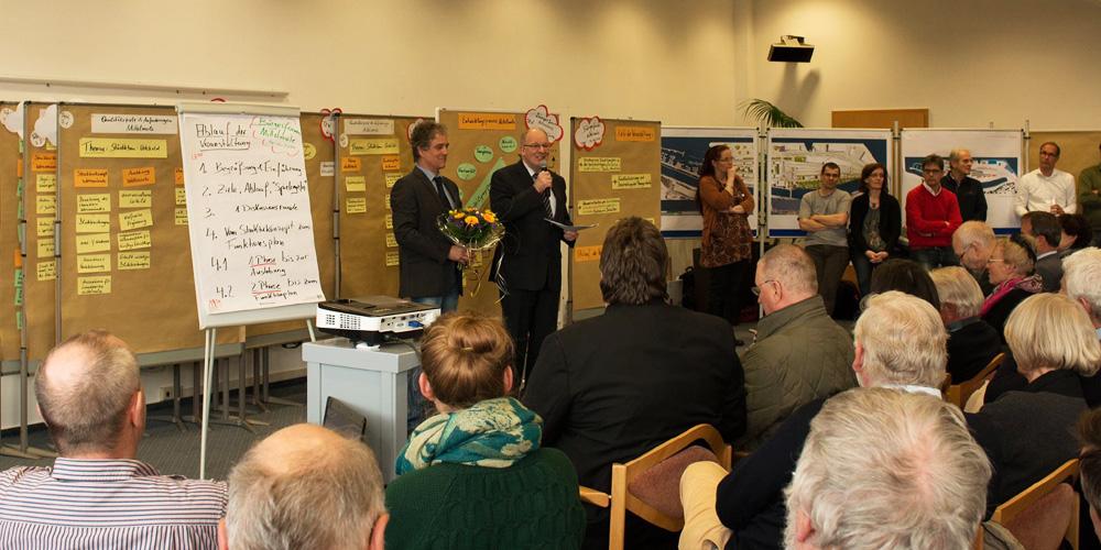 Rostocks OB Roland Methling sprach auf dem Bürgerforum Mittelmole Warnemünde. Foto: Jens Schröder