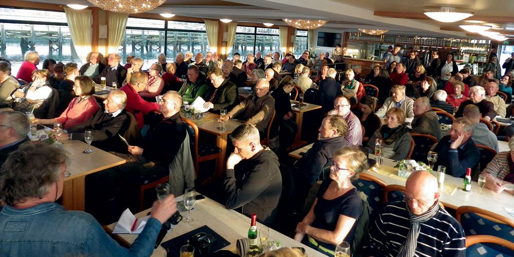 220 engagierte Bürger versammelten sich zum Bürgertreffen auf dem Fahrgastschiff MS Ostseebad Warnemünde.