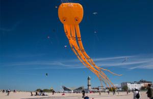 Drachen steigen lassen am Strand von Warnemünde. Foto: Jens Schröder