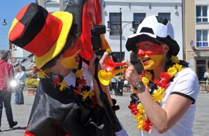 Fußball-Fans können zur Fußball-WM 2014 beim Public Viewing feiern. Foto: Joachim Kloock