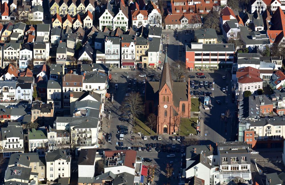 Luftaufnahme Kirchenplatz Warnemünde vom 12. März 2014. Foto: Manfred Sander