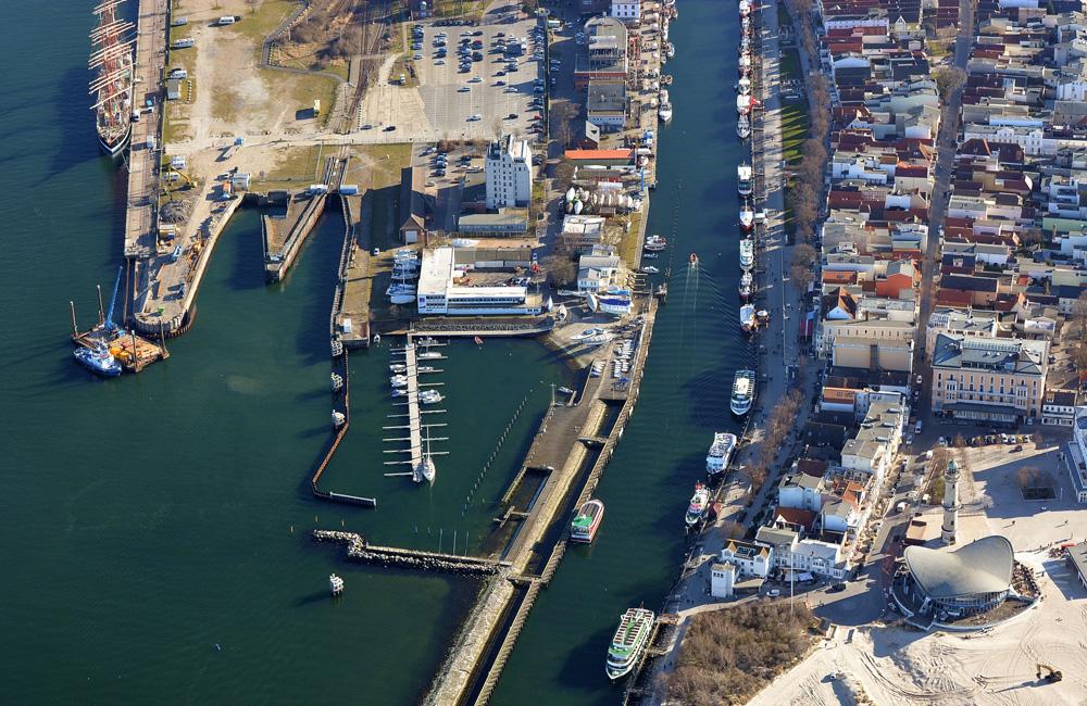 Luftaufnahme vom Alten Fährhafen und dem Alten Strom in Warnemünde. Foto: Manfred Sander