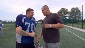 """Jumbo - ein Türsteherkollege aus Hamburg interessiert sich für """"Mückes"""" American Football Team. Foto: NDR/Populärfilm"""