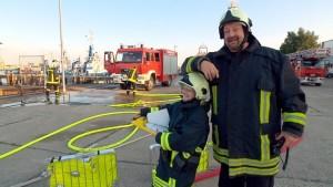 Kleiner sein als der Riese aus Warnemünde ist keine große Kunst. Aber Jens Michaels Feuerwehrkameradin Manuela ist wirklich eine Mücke neben Mücke. Foto: NDR/Populärfilm