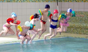 Öffentliches Schwimmen in der Neptun-Schwimmhalle Rostock. Foto: Joachim Kloock